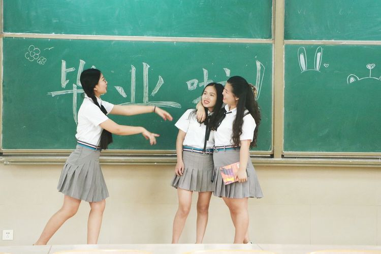 Blackboard  Education Classroom Student Teenager Learning Teenage Girls Togetherness Back To School Friendship Female High School Student 犹记毕业时 EyeEmNewHere Second Acts Be. Ready. The Creative - 2018 EyeEm Awards