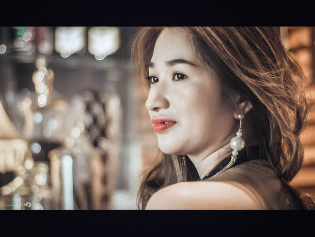 Cắn Môi Art Beautiful People Beauty Fashionable Headshot Indoors  Lifestyles Long Hair Nice View Person Young Adult Young Women