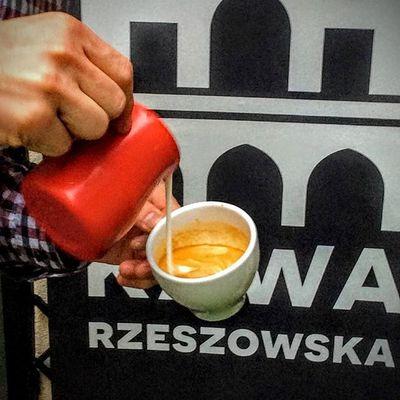 Autorska mieszanka w 100% świeżo palona Arabika, łącząca w sobie słodycz Brazylii, owocowość Kolumbii oraz mleczne nuty Gwatemali oraz bariści z pasją to pewność że pijesz perfekcyjnąs kawę - właśnie taką dostaniesz w Kawie Rzeszowskiej. Zapraszamy do mobilnej kawiarni Kawy Rzeszowskiej, która stacjonuje w Plaza Rzeszów oraz do kawiarni stacjonarnej w podwórzu ul. Kościuszki 3. Do zobaczenia. Rzeszów Zakochajsiewkawie Rzeszów Rzeszów Coffee Coffeetime Barista Aeropress Mobilnakawiarnia Kawa Instamood Instagood Instacoffee Igersrzeszow Kawarzeszowska Coffebreak Coffeetogo Coffeelove Love Photooftheday Happy Bestoftheday Instamood Herbata Kawasamasięniezrobi kawarzeszowska kawiarnia chemex syphon aeropresscoffee kawarzeszowska