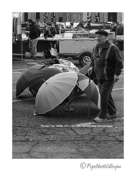 Streetphotography People Streetmarket Blackandwhite Poladesiero Outdoor Photography Black And White Black And White Photography Blackandwhitephotography Black & White Blackandwhite Photography Blancoynegro