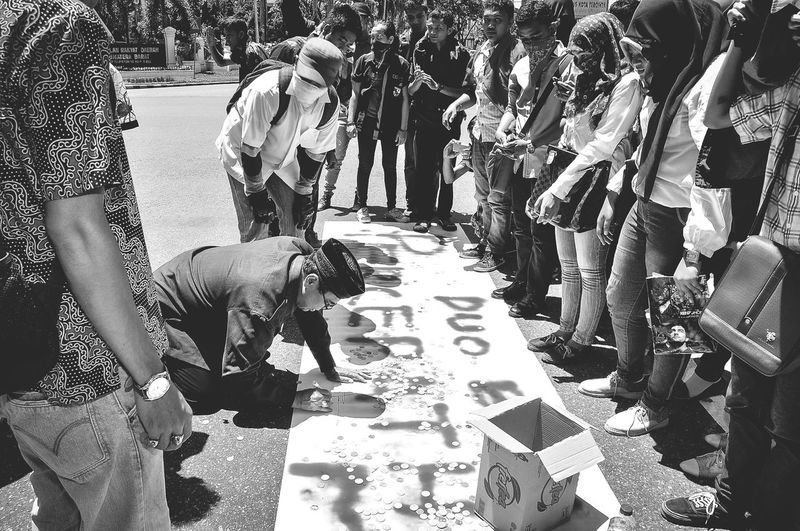 this is the case of bali nine, which once had dicorlamat punishment in the country of Indonesia. so students go down to the street to protest and at the same time the students meet the state officials and participate in the demo in the democracy Law INDONESIA Democracy Democracy Monument Democrat