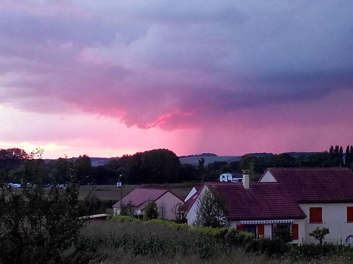 Mélange de coucher de soleil et d'un orage lointain. . Photo Faite Avec Un Wiko