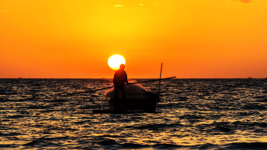 逃世每谈山海,枉自笑杀渔樵,一肩担出旭日,两脚踏平波涛。 sunrise Sunset Sunrise Sea Sun Horizon Over Water Fishing Fishman Morning