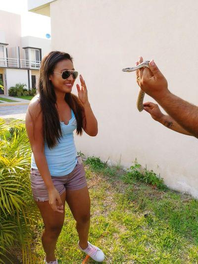 🐍 no soy fan de esta especie pero les tengo respeto. BOA #Snake #boa Young Women Friendship Women