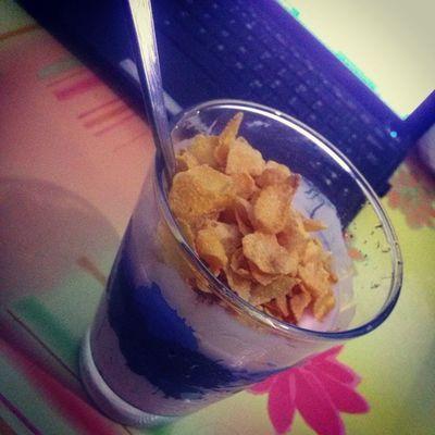 Comiendo yogurt con cereales.