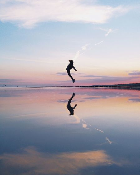 🆙🆙🆙 Minimalism Minimal Outdoors Creativity Vscocam VSCO Nature Nature_collection EyeEm Nature Lover EyeEmNewHere First Eyeem Photo EyeEm Best Shots Silhouette Full Length Reflection Exercising One Person Healthy Lifestyle People Sunset Athlete One Man Only Sky