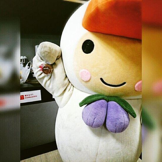とまチョップの誕生日会からのひとコマ(・ω・)。主役でありながら、お客さんにカップケーキをふるまう(・ω・)。 Hokkaido,Japan Tomachop ご当地キャラ