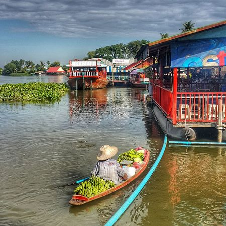 Floating Market is a floating market that still inherits the villagers' lifestyle. The villagers will paddle the agricultural products. Vegetables and fruits from the garden are sold in the morning. Floating Market Lifestyles Vegetable Fruit Sold Morning Nakorn Phathom Thailand Water Nautical Vessel River Sky Boat Water Vehicle Sailing Boat