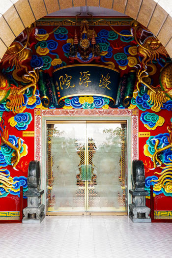 Beautiful front door at Viharn Sien Temple in Pattaya, Thailand Viharnra Sien Viharn Sien Asian  Entrance Gate Pattaya Thailand Tourist Wall Arch Archway Art Attraction Brick Chinese Colorful Culture Destination Door Doorway Heritage Museum Oriental Temple Tourism Vacation Visit