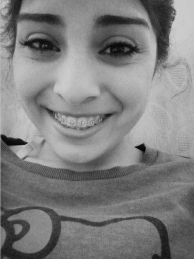 Solo tengo una sonrisa y espero una de vuelta... Black And White Black&white Blackandwhite Photography Smile Happiness Calle13 ✌