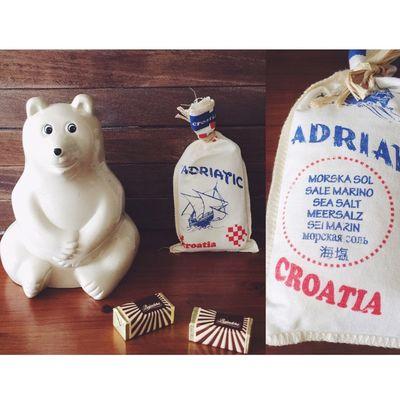 \クロアチアみやげ/ 可愛らしいクロアチアみやげを、いただきました🇭🇷 外国のチョコレートは、見た目は可愛くて好きなのに、外国チョコの独特の味が口に合わないことが多くて、なかなか難しいのです。 でも、クロアチアのチョコレートは、食べやすくておいしかった!۬৺۬🍫 それと、クロアチアの塩。 これまたかわいい袋に入った塩。 まだ、開けてません(˃̶⌄˃̶ ) 裏側には、あらゆる文字で塩だということを表記してるのがおもしろい✧ クロアチア Croatia おみやげ お土産 土産 クロアチアみやげ チョコレート 塩 しろくま貯金箱 北欧雑貨 ぬい撮り ぬいどり