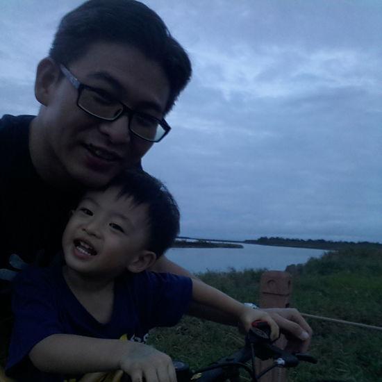 與兒子在蘭陽溪口享受迎風騎車的樂趣 Holiday