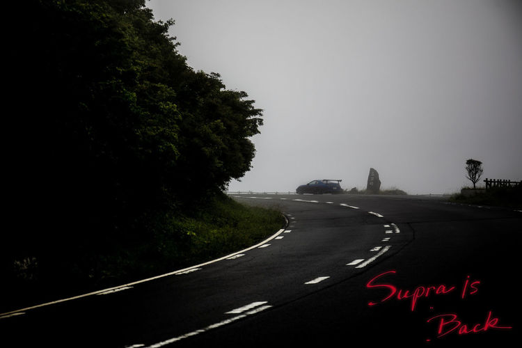 A90ティザー広告風味。 Road Transportation Sign Tree Direction Symbol Plant No People Sky The Way Forward Nature Marking Road Marking Curve Day City Communication Mode Of Transportation Red Diminishing Perspective Outdoors Road Trip Dividing Line