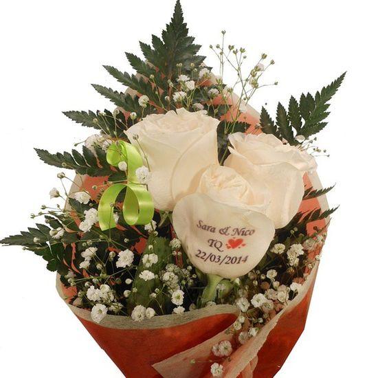 Que os parece este ramo de rosas con una de ellas con un mensaje tatuado en el petalo????. Www.graficflower.com Ramosderosas Rosas Regalopersonalizado Regalooriginal Regalo Ramosdeflores