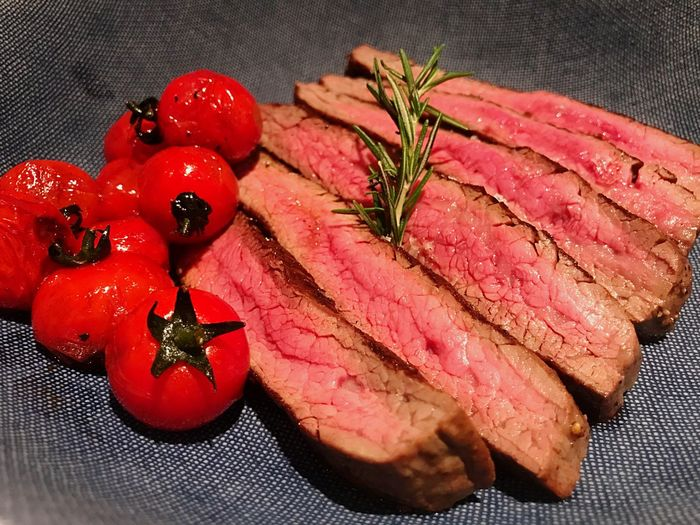 Medium rare Wakyu beef with tomato. Tomato Mediumrare Steaks Wakyu Freshness Food And Drink Food Indoors  Red Red Meat Plate Serving Size Beef Healthy Eating Wellbeing
