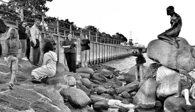 Den Lille Havfrue Little Mermaid  Copenhagen Denmark Danmark Sommer I Danmark Monument Taking Photos People Watching Blackandwhite