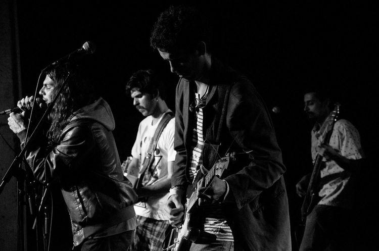 Photography Nikon Guitar Rock Thebrisantinos Victornatureza Fotografiaéarte Nikonphotography Olharnatural Brackandwhite Phtographydocumentary Guitarra Pretoebranco BP Fotografia P&B Nikon D7000 Show Vitaonatureza Music Photoart Musica Poesia