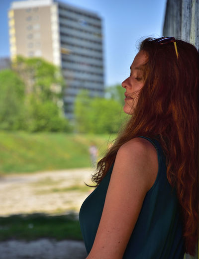 Alena Outdoor Potraiture Fashion Sunlight Redhair City Young Women Skyscraper Beautiful Woman Women Standing Beauty Beautiful People Long Hair Side View Office Building Day Dreaming