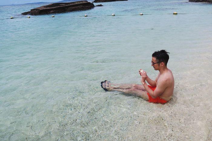 How Clear is the Water ? Okinawa Beach Missionbeach Sand Ocean Swimsuit Shirtless Man