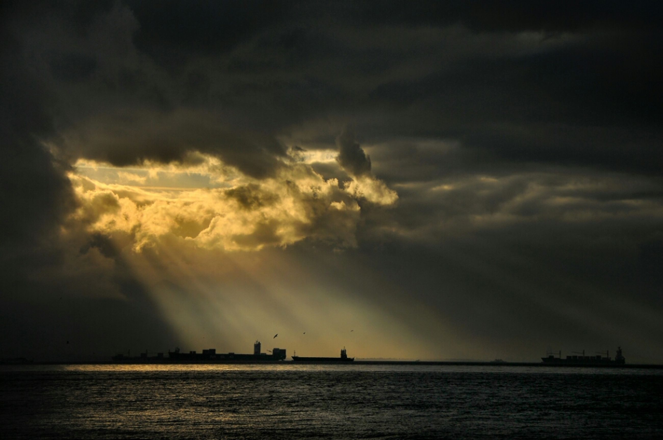 sea, sky, water, scenics, waterfront, beauty in nature, cloud - sky, horizon over water, tranquil scene, tranquility, sunset, nature, cloudy, cloud, silhouette, idyllic, sunbeam, sun, dramatic sky, weather