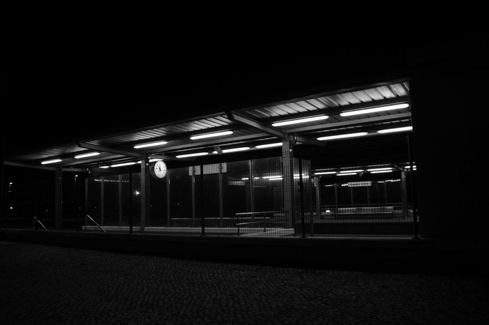 Illuminated Lighting Equipment Night Factory Indoors  No People Architecture Industry Gare Estación De Tren Comboio Trainstations Travel Clock Frontporch Preto E Branco Noir Et Blanc Black And White