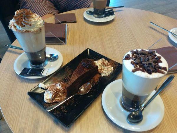 Tomando unos Cafés con Chocolate Y Nature y una Tarta De Chocolate en una Cafetería De Nespresso