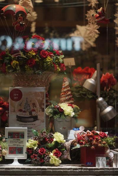 さり気なくサンタもいます🎅 Santa Claus サンタクロース Colors Window Display Window Display Photography Christmas Decorations Christmas Time Christmas Wreath Hello World Enjoying Life Taking Photos From My Point Of View Night Street Night Photography Tokyo,Japan