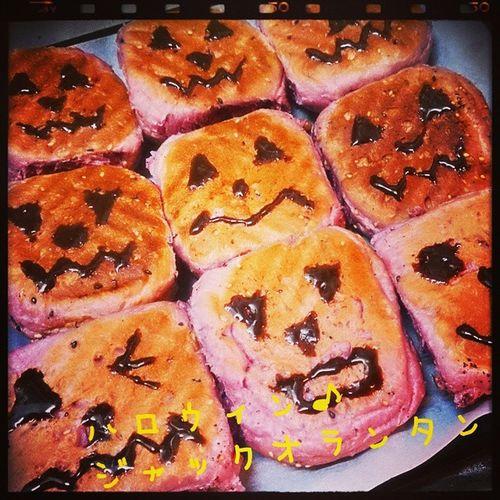 真夜中のパン屋さん 紫いもパン♪ごまくるみ生地 実はオーブンが低すぎて表面焦げてひっくり返した…ヒーッ(笑) ハロウィン♪ 色んなジャックオランタン(´ 3`) ハロウィン ジャックオランタン 真夜中 ばん