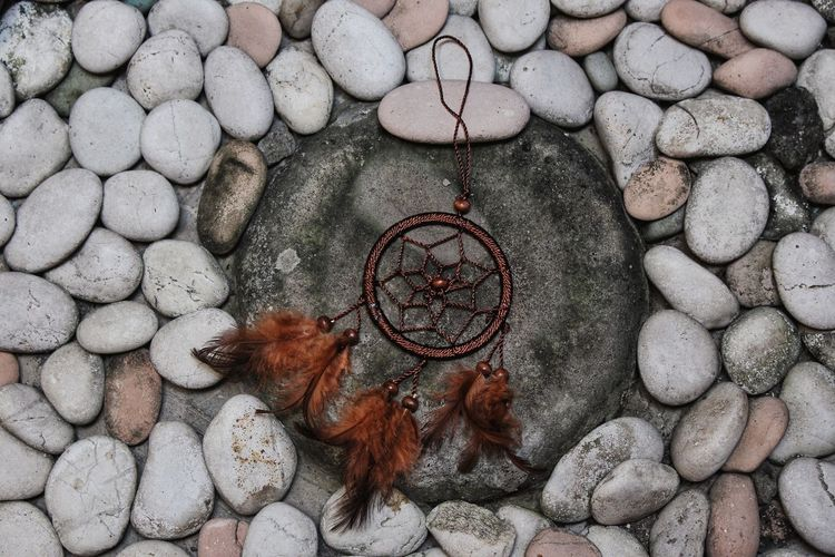 dream Flatlay Flatlayphotography Creativity DIY Mom Art Artistic Artsy Decoration Goodday Gift Stone Tile Stone Rock Formation Rocks Gloomy Gloomy Day Directly Above Beach Pebble Close-up Dreamcatcher North American Tribal Culture Religious Equipment Faith Hope Belief Religious Symbol Religious Offering Stone - Object