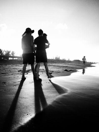 La puesta de sol en Tecolutla Veracruz Mexico Sunset Sunset Silhouettes Sunsetporn Sunset_collection Tecolutla Walking Around Walking Puesta De Sol Leisure Activity Lifestyles Togetherness Beachphotography Blackandwhite Standing Silhouette Friendship Beach Playa Walking On The Beach Sidebeach Real People