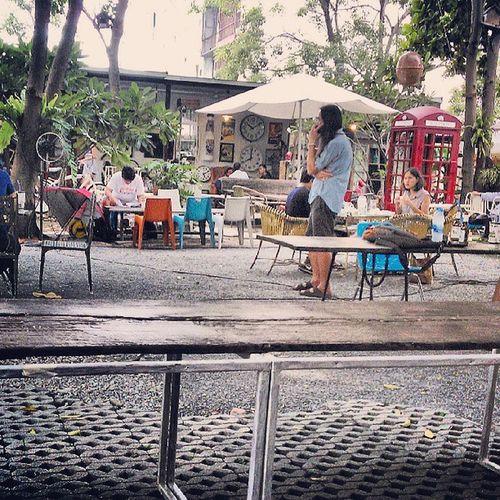 บ่ายวันเสาที่ผ่านมา เจอคุณเล็ก Greasycafe คนที่เป็นทั้งidolและรุ่นพี่ของเราโดยบังเอิญ แต่คราวนี้เจอที่ร้านกาแฟร้านประจำ ไม่ใช่บนเวที Greasycafe Coffeemodel Coffee Model Idol Instaphoto Instadaily NokiaLumia Bangkok Seeyoutomorrow