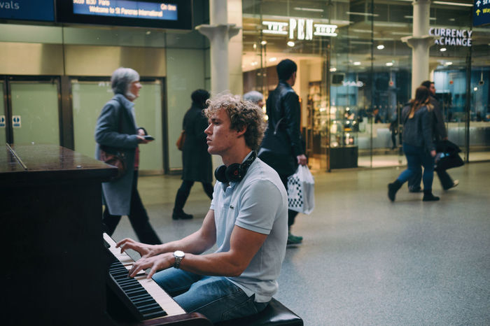 Stories From The City Street London St Pancras Station Piano Piano Moments Young Men Man Playing Music Playing Piano The Portraitist - 2018 EyeEm Awards