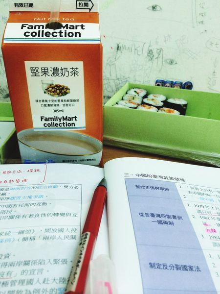 發現保持專注就是不斷進食 Studying 還有變冷了好開心 Life Sushi 店員終於微波出溫度均勻ㄉ堅果了 Familymart 快看書好嗎同胞們