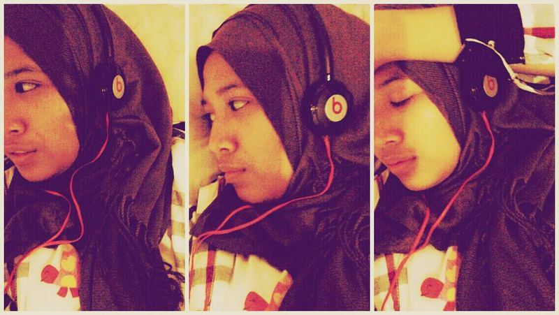 Selca Relaxing Listening To Music Hijab
