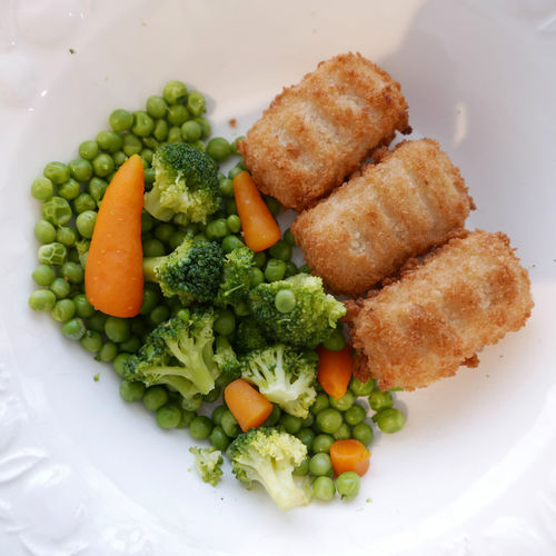 Close-up Food Freshness Green Color Indulgence Meal No People Ready-to-eat Served Serving Size Still Life Vegetarian Vegetarian Food Vegetables Potatoes potatoes and cheese croquettes with vegetables mix Green Peas Broccoli Carrots Bright Colors