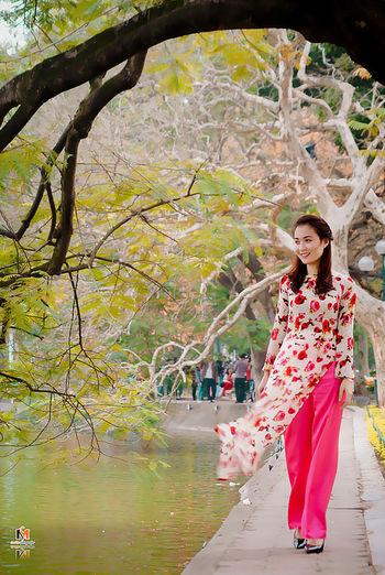 Áo Dài Việt Nam / Ao Dai - Vietnam traditional dress Taking Photos Aodai AodaiVietNam ❤️ AoDaiVietnam Traditional Dress Traditional Clothing Traditional Culture Smilie Fotografer Hanoi Vietnam