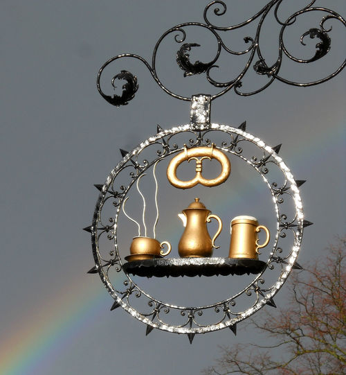 Bäckerei Cafe Time Cafeteria Circle Decoration Design Gewitterstimmung Gutes Im Schild Hanging Illuminated Kaffeekanne Lantern Lighting Equipment Metal Ornate Pattern Rainbow Schild Symbolic