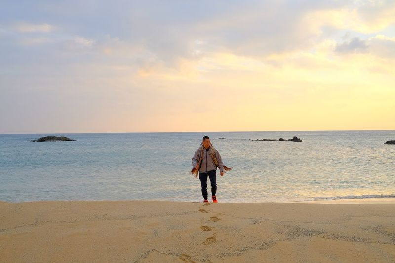 Sea Horizon Over Water Beach Full Length Water Standing Real People Sky Outdoors Sand Sunset Scenics Cloud - Sky Togetherness Beauty In Nature Nature Day 墾丁 Kenting, Taiwan Man And Sea Man On Beach Walking On The Beach Fujifilm Xpro2 XF23mmf1.4