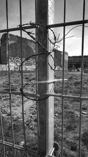Berlin Kreuzberg Stacheldraht Zaun Schlesisches Tor Barbed Wire B&w B&w Street Photography