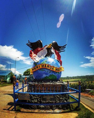 Tugu Perbatasan Garuda Perkasa Indonesia-Malaysia, Sebatik, Kalimantan Utara Kaltara Nunukan Sebatik Perbatasan Perbatasanindonesia PerbatasanIndonesiaMalaysia Pulausebatik Statue Tugu Garuda
