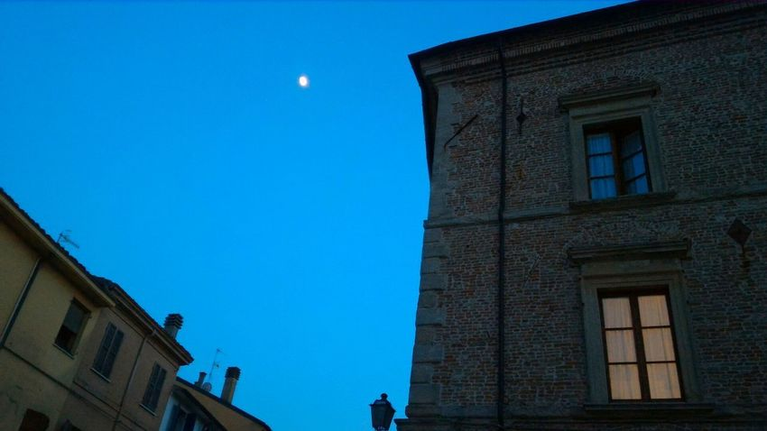 Chiarodiluna UnderTheMoon Moon Luna Sera Finestra Window Tende Courtains Gotico Gothic Tetti  Roof Sky Cielo Notteincittà Nightinthecity Centrostorico Nopeople Atmosphere Dark Architecture Outdoors MyCity❤️