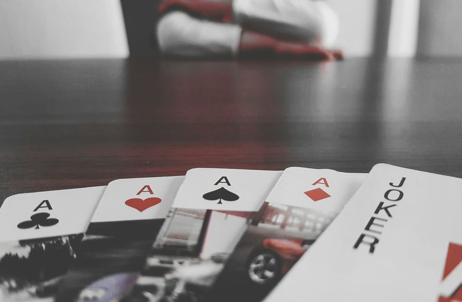 Poker Time Poker Cards Playing Poker Cards Gambling Luck Indoors  Poker - Card Game Close-up Carmin No People Gambling Chip Lucky Lucky Me Indoors  Mobile Phone Smart Phone Focus On Foreground Samsung Galaxys7