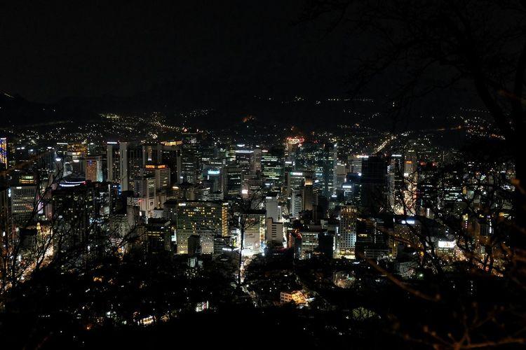 Seoul at night from Namsan. Seoul Seoul At Night Nightphotography Slow Shutter Slowshutter Night Lights Urban Cityscape Korea Koreatrip Fujifilm Fujixt10 Fujifilmxt10 Neon Lights Buildings Night View Nightshot