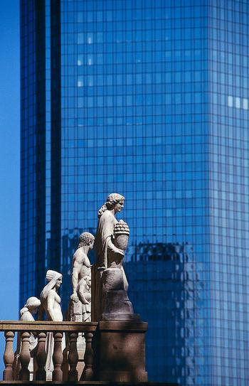 Frankfurt, Bankentürme, skyscrapers, Bankcity Figuren vor Deutsche Bank Deutsche Bank Zwillingstürme Architecture Art And Craft Banktower Blue Building Exterior Built Structure City Clear Sky Creativity Human Representation Outdoors Sculpture Statue