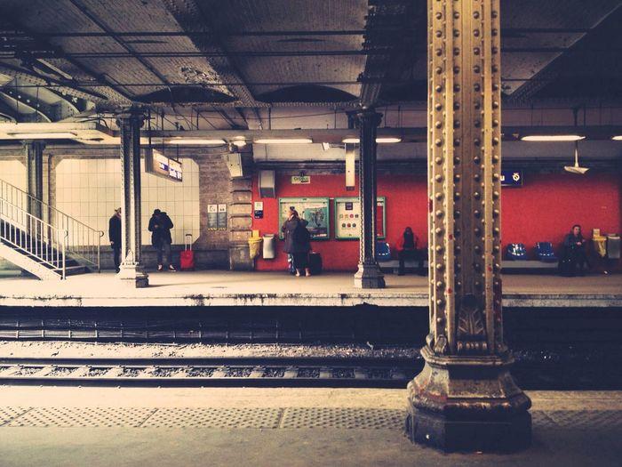 attention à la marche en descendant du train [ Subway Public Transportation ]
