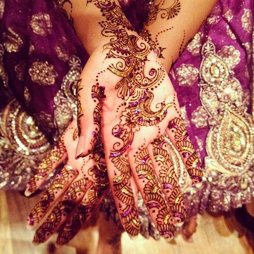 Mehndi Mehendi Mehndi Night Mehendi Art Mehendi_design Mehendiart Mehndiart MehndiArtist MehndiDesigns Indian Indian Wedding Culture Purple Pink Mauve  Gold Golden Sari