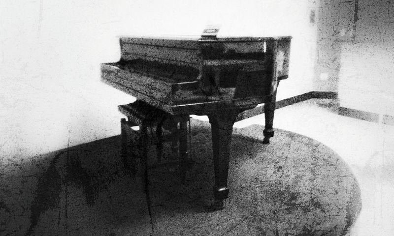 Old Piano EyeEm Best Shots - Black + White Eyeem4black&white Grunge_effect Black & White Snapseed