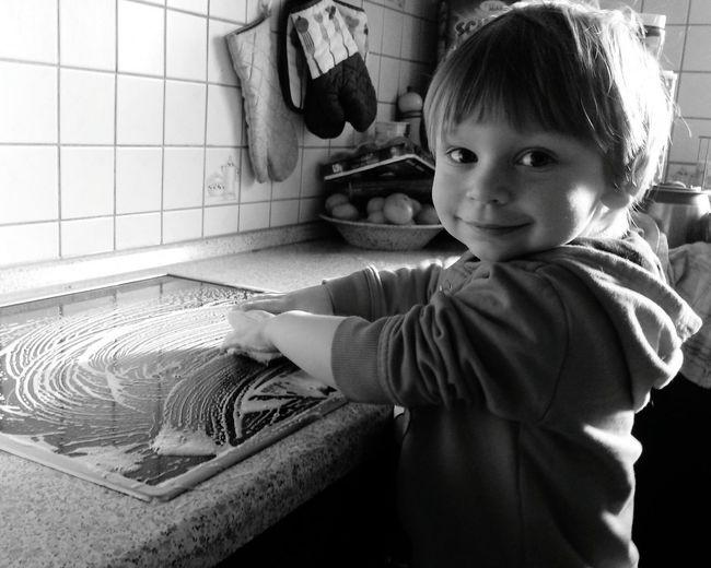 Uniqueness Frühjahrsputz Putzen Putzig Sauber Saubermachen Sauberkeit CleanAlles Sauber Cleaning Kinder Kind Kinderarbeit Kitchen Küche Schwarzweiß Schwarz & Weiß Lächeln Lächeln! Bitte Lächeln Children Child Childrenphoto Children Photography Children's Portraits