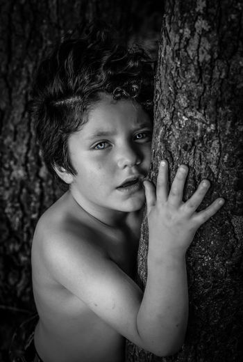 Black Blancoynegro Boy Canonphotography Children Focus On Foreground Innocence Leisure Activity Lifestyles Market Model Model Pose Model Shoot Person Photographer Photography Portaritratti Portrait Tree Tree Trunk Young Adult