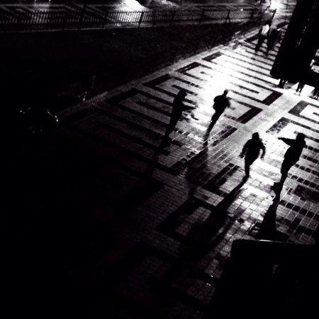 Juegos nocturnos People Urban Black And White Movilgrafias Streetphoto_bw Bw_collection Blackandwhite